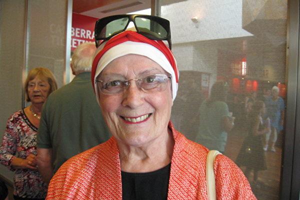 """74岁的癌症患者Mindy Sutherland观赏了2月17日下午神韵在坎培拉的最后一场演出,她表示""""恍惚之间似乎真的看到了舞台上的神佛。""""(摄影:Leigh/大纪元)"""