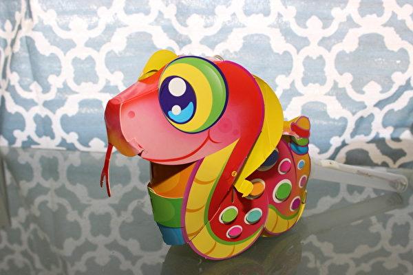 图:南湾元宵灯会DIY区让小朋友亲手作童玩。图为小龙花灯。(摄影:林宜静/大纪元)