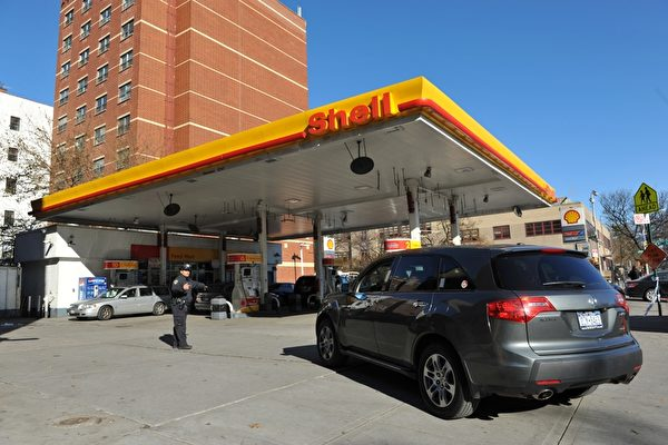 美国汽油价格连续32天上涨后,攀昇至4个月高点。(AFP PHOTO/Stan HONDA)