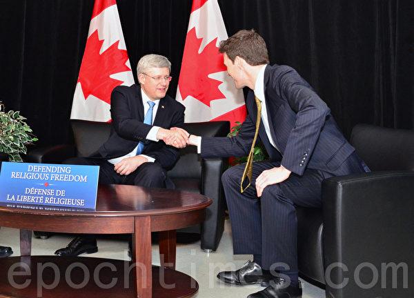 2月19日,加拿大总理哈珀(Stephen Harper)在大多伦多地区Aiwan Tahir社区中心与首任宗教自由办公室主管Andrew Bennett博士握手。(摄影:周行/大纪元)