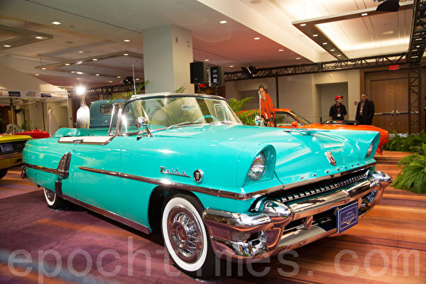 1955 Mercury Montclair Convertible – arbour green/                                                       Alaska white  车主:Alex McClure 11 Peebles Drive Freelton, Ontario(摄影:艾文/大纪元)