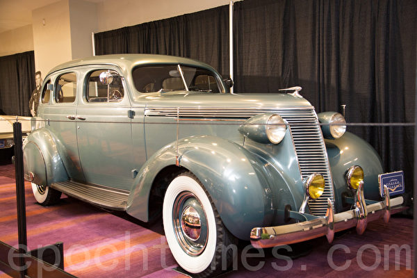 1937 Studebaker Dictator Model 6A – Bermuda blue                                                       metallic  车主:Frank Mitchell, 2164 Country Club Drive Burlington, Ontario(摄影:艾文/大纪元)