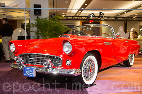1956 Ford Thunderbird – red  Jason & Teresa Villari 20 Michell Drive Woodbridge, Ont(摄影:艾文/大纪元)