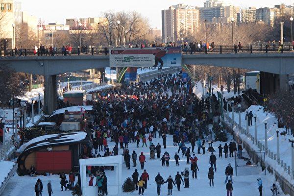 加拿大首都渥太华的三十五届冰雪节落幕。据主办单位介绍,由于天公作美,本次冰雪节,各场馆迎来了超过60万人次的游客,为首都直接创造了6,800万元的经济收入。(摄影:梁耀/大纪元)