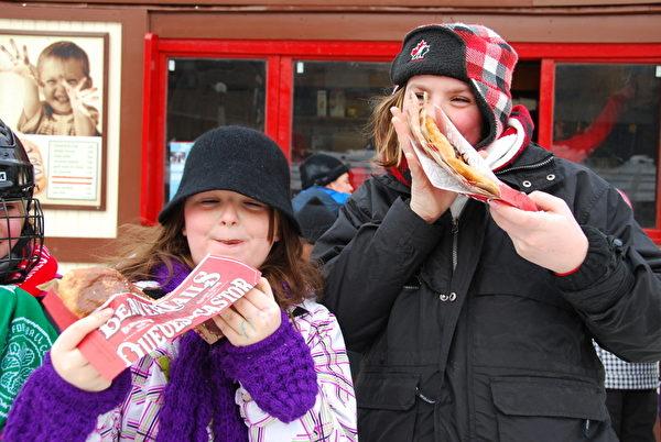 海獭尾(Beaver Tail)小吃是冰雪节活动中,孩子们的最爱。(摄影:任侨生/大纪元)
