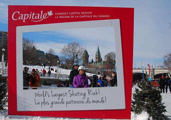 在丽都运河这个世界最大的滑冰场徜徉,是许多渥太华家庭传统的冰雪节活动。(摄影:任乔生/大纪元)