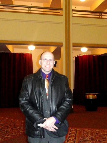 2013年2月19日晚,密尔沃基交响乐团合唱团男高音Zach Beasley观看了在威斯康辛州密尔沃基剧院的神韵晚会后表示,独特的东方音乐加上大型舞蹈,将其全身心地沉浸在中华传统文化中。(摄影:唐明镜/大纪元)
