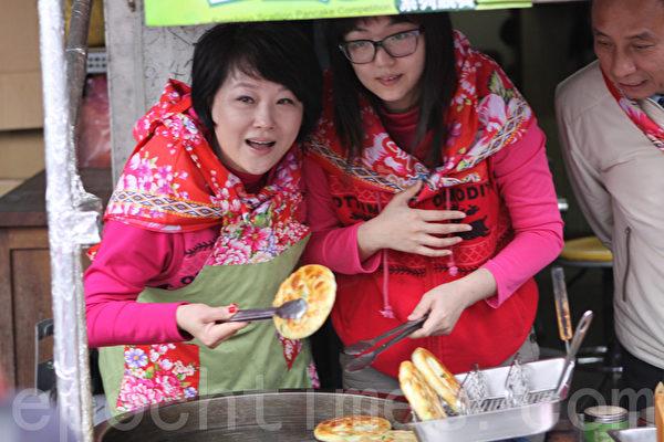慕钰华(左)煎葱油饼。(摄影:曾汉东/大纪元)