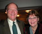 教育家Steven Bunt先生和妻子Sheryl认为神韵的演出非常精彩。(摄影:胡薇/大纪元)