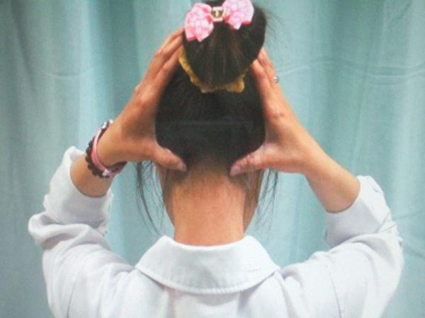 大椎穴︰低頭時,頸部最凹椎體(即第七頸椎)下之凹陷處。(高雄醫院中醫部提供)