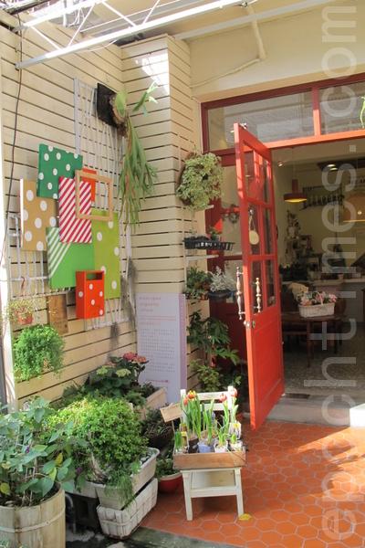 门口摆放着许多可爱的花草,都是Sowon及员工的巧思。(摄影:施芝吟/大纪元)