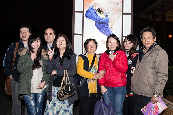 宽频房讯科技股份有限公司业务经理陈钰毅(左三)与亲友。(摄影:陈柏州/大纪元)
