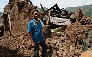2012年9月10日,發生在中國雲南省宜良縣的5.6級地震,一戶村民的房屋被完全損壞。( AFP PHOTO/Mark RALSTON)