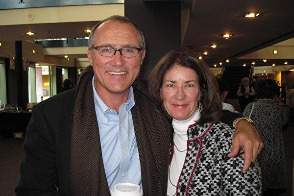 家俱设计师Tom Swanson和太太都非常喜欢神韵。(摄影﹕周容/大纪元)