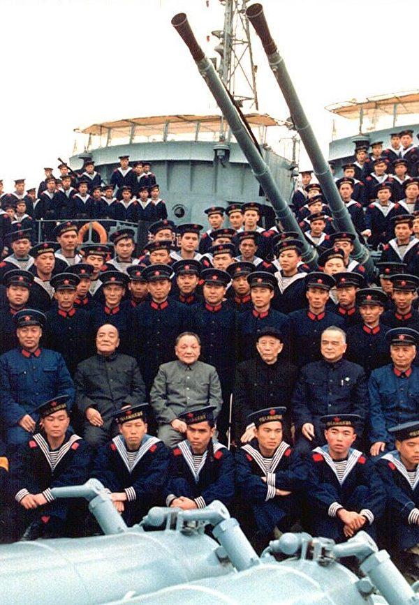 鄧小平時代中共「八大元老」中,王震是為己謀官圖利最貪得無厭的一個。圖為1984年王震(中排右三)與鄧小平(中排左三)、楊尚昆(中排左二)與中國南海艦隊海軍軍官在一祕密地點。(AFP)