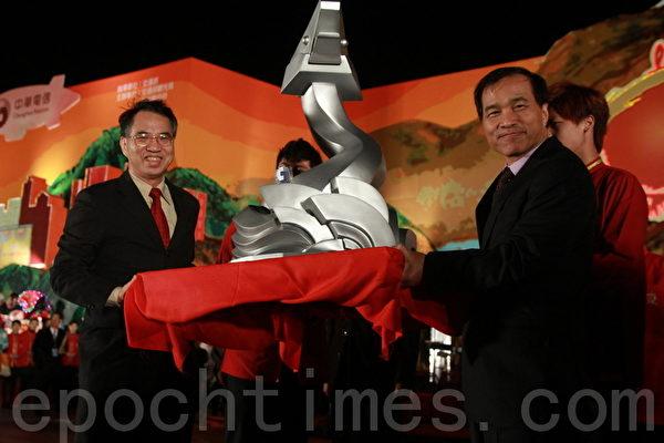 中华电信董事长吕学锦(左)捐赠主灯模型给交通部长叶匡时(右)(摄影:许享富/大纪元)