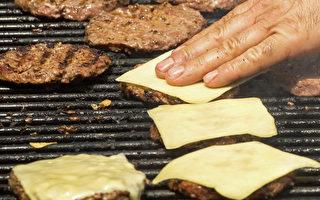 """美国""""心脏病烧烤""""(Heart Attack Grill)汉堡速食店代言人阿尔曼(John Alleman),于2013年2月11日死于冠状动脉阻塞并发症。此人嗜食高热量烧烤速食并成为该速食店的代言人。(摄影:PAUL J. RICHARDS/AFP/GettyImages)"""