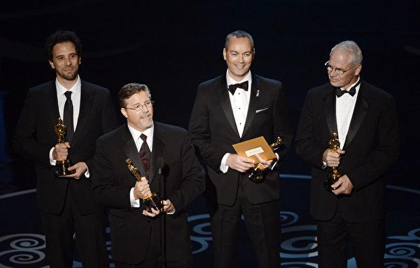 《少年Pi》荣获最佳视觉效果奖。这是制作团队在颁奖台上。(图/Kevin Winter/Getty Images)
