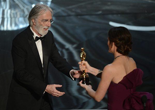 Michael Haneke凭借《爱‧慕》毫无悬念地荣获最佳外语片奖。 (图/ROBYN BECK/AFP/Getty Images)