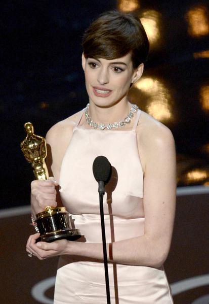 安妮‧海瑟薇凭借《悲惨世界》毫无争议地荣获了最佳女配角奖。(图/Kevin Winter/Getty Images)