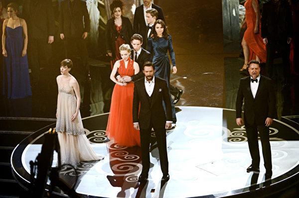 《悲惨世界》的全体主要演员上阵,演唱歌曲,令全场激动。(图/Kevin Winter/Getty Images)