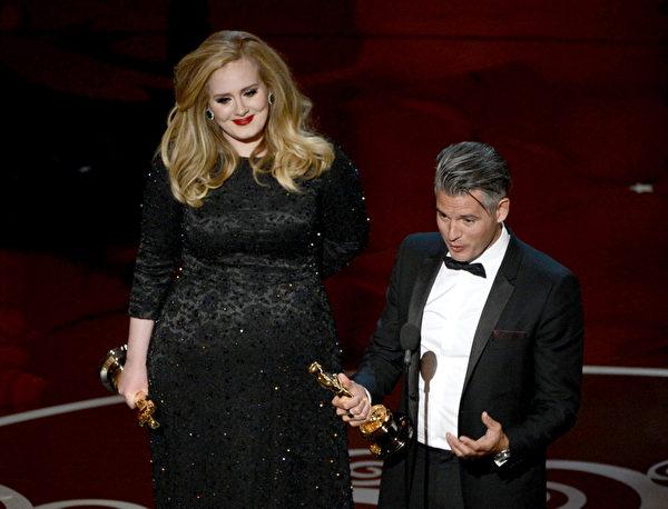 """阿黛尔凭借《007:大破天幕杀机》中的主题曲获得""""最佳原创歌曲奖""""。(图/Kevin Winter/Getty Images)"""
