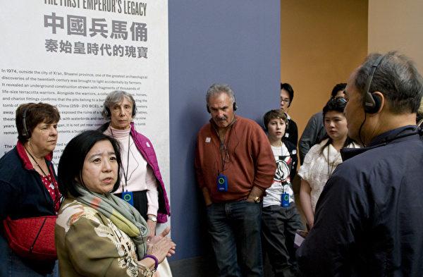 图:2月22日秦始皇兵马俑旧金山亚洲艺术博物馆展出第一天,吸引了不少游客参观。(摄影:周凤临/大纪元)