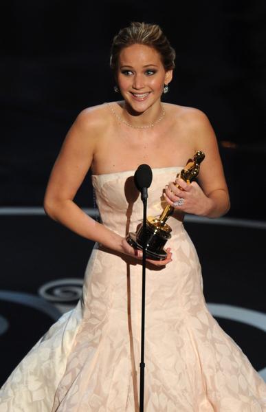 詹妮弗·劳伦斯凭借《乌云背后的幸福线》中的出色表演,荣获最佳女主角奖。(图/ROBYN BECK/AFP/Getty Images)