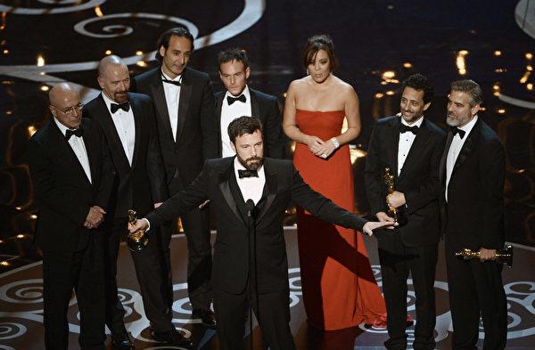 《逃离德黑兰》荣获本届奥斯卡最佳影片奖,美国第一夫人隔空亲自颁奖。除了影片的艺术性外,政治因素可能也发挥了作用。(图/ROBYN BECK/AFP/Getty Images)