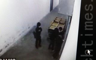 閉路電視顯示,2月23日早上8時許,三名黑衣蒙面的暴徒在印刷廠外徘徊,並且有所動作。(大紀元)