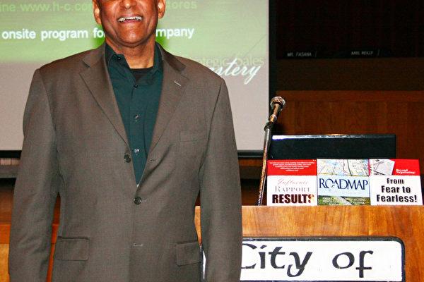 """图:投资顾问德里克‧其士(Derrick Chevalier)在杜阿提市(Duarte)市政厅做题为""""增加利润,降低成本""""的专题演讲(摄影:张岳/大纪元)"""