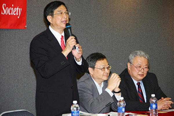 图:林清吉会计师在做税务知识演讲,右侧依次是季淳博士和主持人向龙律师。(摄影:张岳/大纪元)