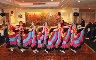 图:奥克兰庆中国新年晚会上的民族舞蹈——彩群飞扬(摄影:丘石/大纪元)
