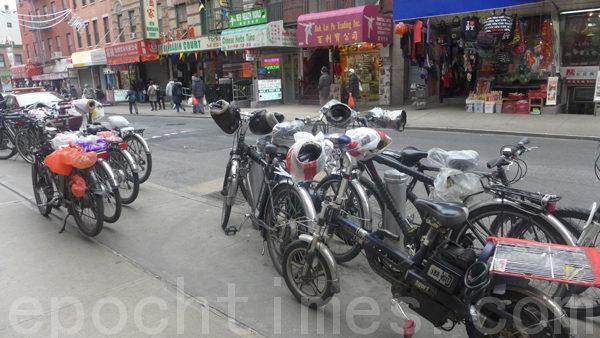 2月26日市交通局在纽约华埠中华公所大礼堂举行了送货单车新法讲座,吸引了数百从业人员参加。图为送货人员在中华公所门外停留的单车。(摄影﹕蔡溶/大纪元)
