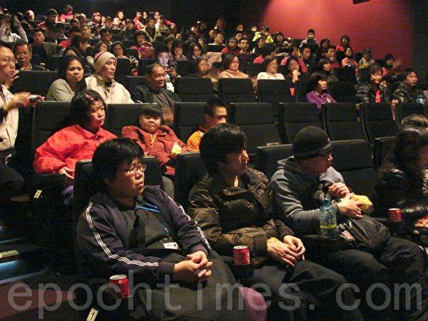 身心障朋友专心观看电影。(摄影:陈建霖/大纪元)