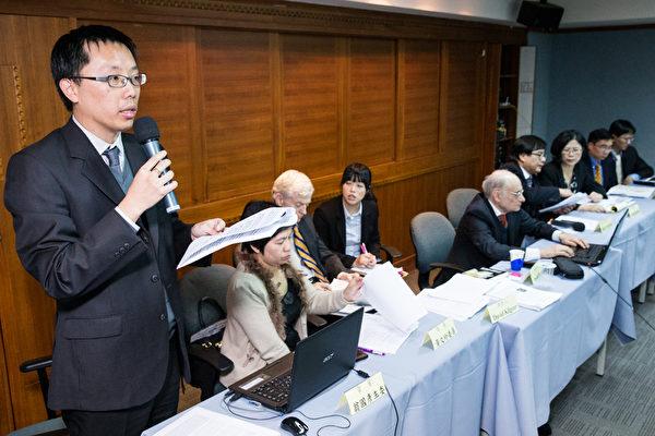 台湾国际器官移植协会在行政院卫生署的支持下,邀请《国家掠夺器官》的医学及法律专家作者等一行人五人来台,27日下午台北律师公会、台湾关怀中国人权联盟在律师公会参与座谈。台北律师公会人权委员会主委翁国彦律师(左)并代表台北律师公会宣读反对中共活摘死刑犯及良心犯的声明,并说明该声明将同时在台湾其他人权组织网站上同时登载。(摄影:陈柏州/大纪元)