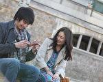 《巴黎鞋奏曲》劇照,中山美穗(右)參與該片相關企劃,並透露男主角向井理其實就是來自她的建議。(圖/采昌國際提供)