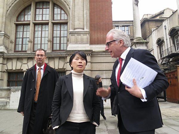 文化部长龙应台27日(当地时间)拜会英国维多利亚艾 伯特博物馆(V&A),馆长罗思(Martin Roth)(右 )同意将成功开发收藏品商品的经验与台湾分享。 (文化部提供)