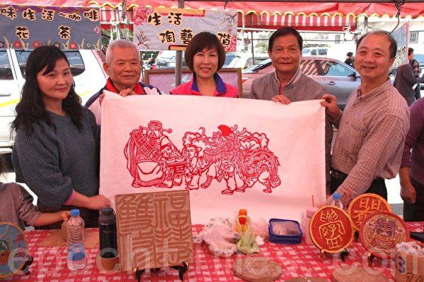 市长陈万得(左2)等展示张峻瑜老师展现新作~~纸雕手法创作的麒麟护平镇。(摄影:徐乃义/大纪元)