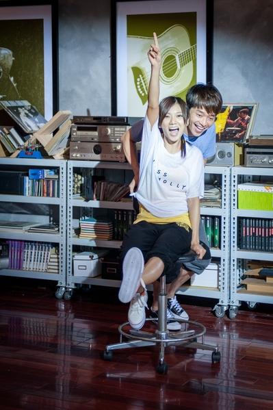 音乐偶像剧《K歌情人梦》主角张栋梁、豆花妹。(图/福斯国际电视网提供)