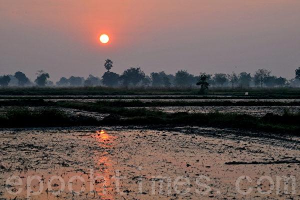 素可泰黎明的太阳留下的倒影(摄影:明国/大纪元)