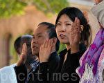 2012年,加拿大接受257,515 名新移民中,32,990人来自中国,使中国重新成为加拿大的第一大移民来源国。图为移民进行宣誓入籍仪式。(摄影:周行/大纪元)