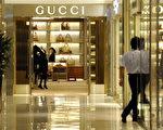 《澳洲人報》題為《中國情婦文化的曝光》的文章提出,中國60%的貪官都同時包有二奶,而這些二奶們是中國高檔消費品和奢侈品消費的主要推動力,被稱為「二奶經濟」。圖為北京的名牌商店。(LIU JIN/AFP/Getty Images)
