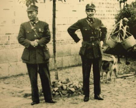 1939年11月6日,昆仑关战役前夕,蒋中正(右)访问广西,在桂林行营主任、副参谋长总长白崇禧的桂林家中。(大纪元记者吴涔溪翻摄)