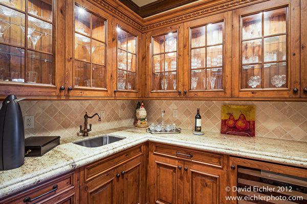 大手笔的厨房向您夸耀它的华贵气质。(图片:德立昂地产提供)
