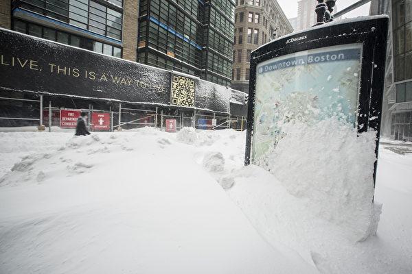 波士顿市中心内一片白色世界,道路上堆满积雪。(爱德华/大纪元)