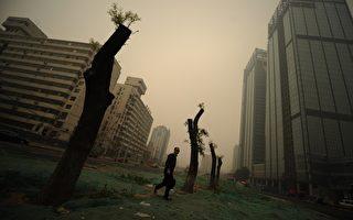 在中国,无论哪个社会阶层的人,都在切身感受着生存的恐惧和忧虑。真实的反映了国运和民生所处的险境。 (AFP)