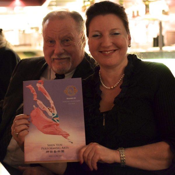 維也納愛樂樂團傳奇人物Lorenz教授與女兒觀賞了神韻晚會後讚歎,神韻的音樂「無懈可擊,無可挑剔」。(攝影:Florian Godovits/大紀元)