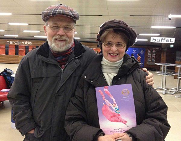Sykora夫婦觀看了2013年3月1日在維也納的首場神韻演出。(攝影:黃芩/大紀元)