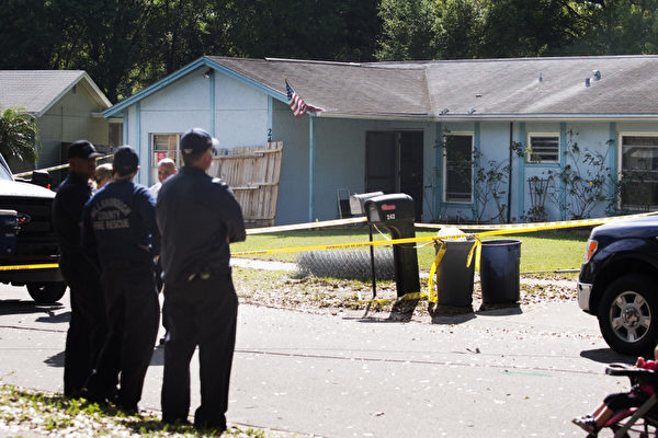 佛羅里達Seffner,3月1日:警察站在傑夫·布什的家旁邊,傑夫·布什被臥室中突然出現的天坑吞噬。(Edward Linsmier/Getty Images)